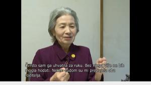 映像の下部にクロアチア語の翻訳字幕が付いた天野文子さんの証言ビデオ
