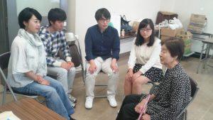 久保さん(右端)のお話を聴くサポーターたち