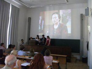 ボン大学で開かれた証言翻訳授業の成果発表会。学生たちは「朝長民子さん」の映像を見せながらドイツ語訳を朗読した(2015.7.6.)