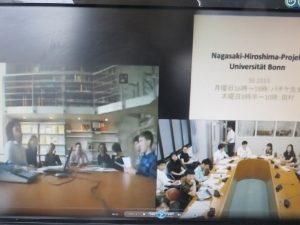 ボン大学(左)と京都外大の合同授業(2015年6月25日。双方の教室に映し出された映像)