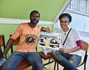 カーボベルデ共和国の若者が手にしたNET-GTASの集いの写真