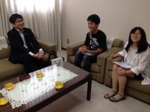 (左から)田上・長崎市長さんと談笑する阿比留君と平岡さん=森田記念講堂で
