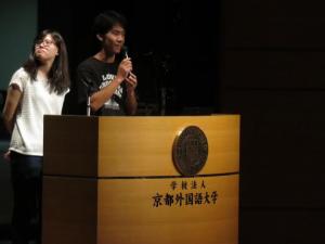 「言語と平和Ⅰ」の授業で昨年のピカイチ活動を報告する阿比留君(右)と平岡さん=7月20日