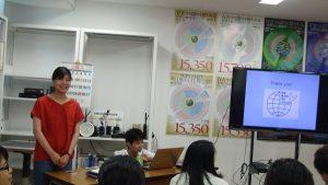 長崎大学などの学生にNET-GTASを紹介する川瀬さんと阿比留君