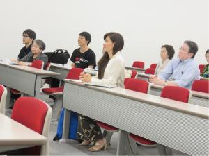 翻訳成果を聞く参加者たち。