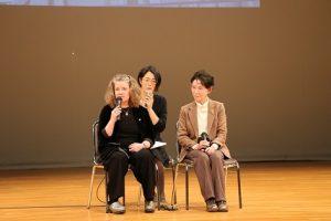 1月19日京都外大での講演会(左から)サリバンさん、通訳の安原はづきさん、被爆者の原田美智子さん
