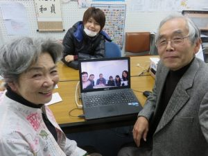 エアフルト大学の学生らと語り合う花垣ルミさん(左)