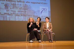 講演会で肩を並べる(左から)サリバンさん、通訳の安原はづきさん、被爆者の原田美智子さん(1月19日)