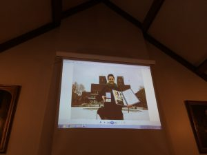 講演会場に映し出されたレイ・アチェソンさんの写真