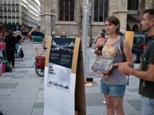 ウイーンの街で自分たちがドイツ語訳した証言ビデオをタブレットで市民向けに上映するウイーン大の学生たち