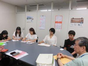 国立広島平和祈念館で叶真幹館長さん(右端)から被爆者証言の蓄積の大切さを聴く5人のサポーター(2015年9月4日)