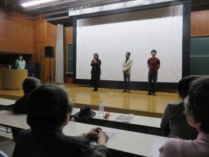 上映後、舞台からあいさつする総括プロデューサー・中村里美さん(右から3人目)ら