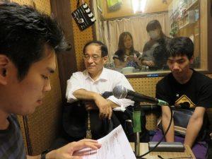 番組音声の収録中のNET-GTASの京都外大メンバーと京都外大放送局のスタッフ。=同局のスタジオで。