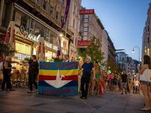 Hiroshima-Tag 参加者によるウィーンの街でアピールウォークの様子