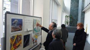 ミニ展示を見る松浦さん(2015年11月27日、1号館で)